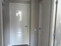 Spuitwerk plafond en geschilderde deuren overloop